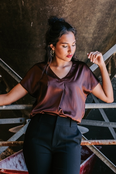 Shirt satijn v hals basic bruin  d.bruin