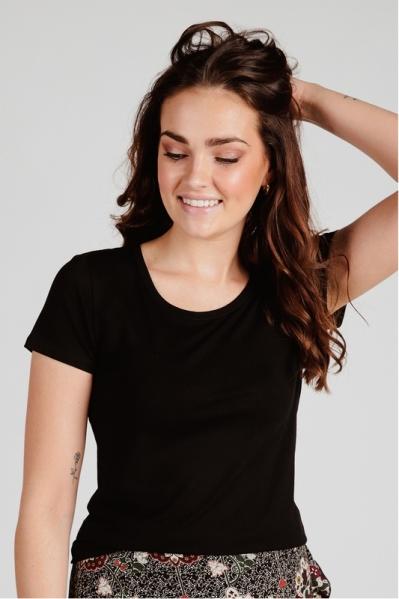 Basis shirt zwart + logo goud klein onderaan  zwart
