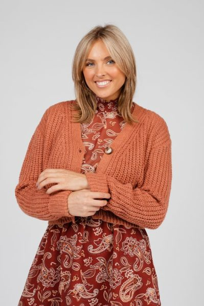 cropped cardigan with fake horn buttons brique